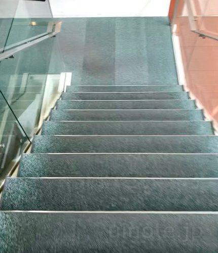 階段で地下3階の教室に向かう